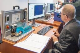 Laboratorium 255. Henryk Łącki, Prodziekan ds. Nauczania na Wydziale Technologii i Inżynierii Chemicznej prezentuje zestawy dydaktyczne  /fot.: ak /