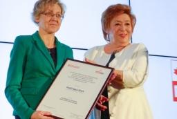 Elżbieta Dochniak (DomLift) odbiera wyróżnienie Inspirujący Start od Barabry Bartkowiak (PFP)  /fot.: AK /