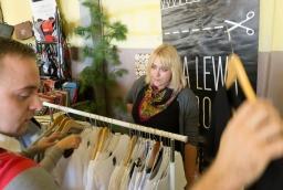 Stoisko sklepu z koszulkami Na lewą stronę  /fot.: SG /