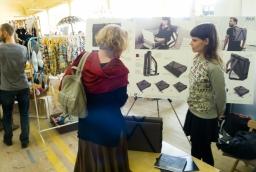 Justyna kania-Kuduk (po prawej stronie) i prototyp plecaka na laptop jej autorstwa  /fot.: SG /