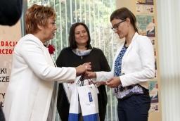 Barbara Tylman, autorka biznesplanu Kreatornia Zdrowia odbiera nagrody od Barbary Bartkowiak, prezes PFP  /fot.: ak /