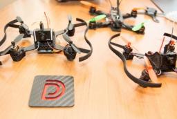 Mikro-racery - niewielkie drony wyścigowe zbudowane przez Mikołaja Gruszewskiego, właściciela Drone Deign  /fot.: ak /