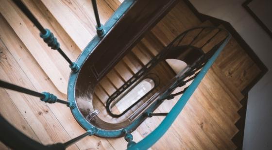 Wykonawca schodów drewnianych pilnie poszukiwany