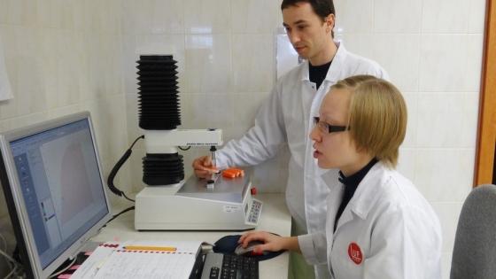 Honorata Okseniuk i dr inż. Mariusz Szymczak przeprowadzają analizy paluszków surimi