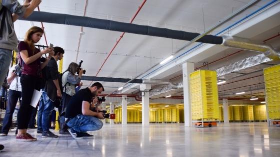 Dziennikarze oglądają, jak pracują roboty /fot.: mab /