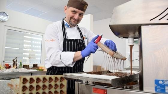Andrzej Brzeskot w swojej manufakturze czekolady /fot.: Mat. mab /
