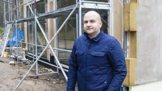 Erwin Urbaniak na budowie domu w Pilchowie pod Szczecinem /fot.: ak /