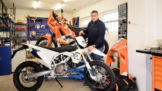 Sławomir Gajdziński od dawna pasjonuje się motocyklami. Dzisiaj Carbon Fox wyposaża rajdowe maszyny m. in. w zaawansowane technologicznie elementy nadwozia. /fot.: mab /