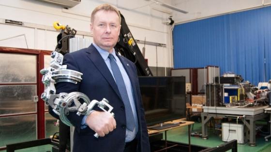 Wyposażone w sensory ramię robotyczne to jedno z innowacyjnych rozwiązań sterowania dźwigiem leśnym. Nad postępami prac przy projekcie czuwa prof. Mirosław Pajor, dziekan Wydziału Inżynierii Mechanicznej i Mechatroniki ZUT /fot.: ak /