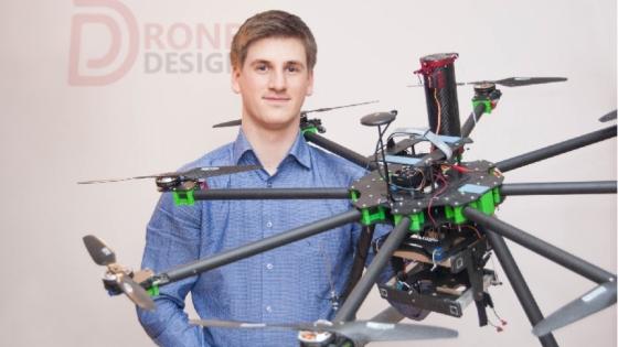 Mikołaj Gruszewski, właściciel Drone Design z oktokopterem własnej konstrukcji /fot.: ak /