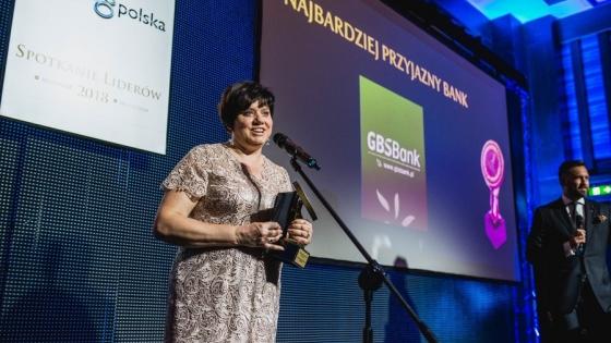 Bożena Głogowska, wiceprezes zarządu odebrała nagrodę dla GBS Banku podczas Gali Konkursu Liderów Świata Bankowości i Ubezpieczeń.  /fot.: mat. GBS Banku /