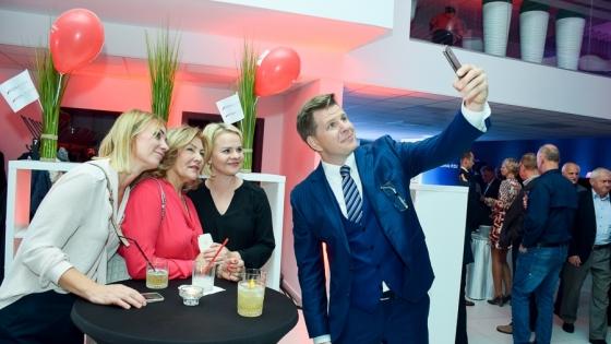Zofia Gabryniewska, Współwłaścicielka Grupy Gezet z przyjaciółkami oraz Filip Chajzer, prowadzący imprezę /fot.: SG /