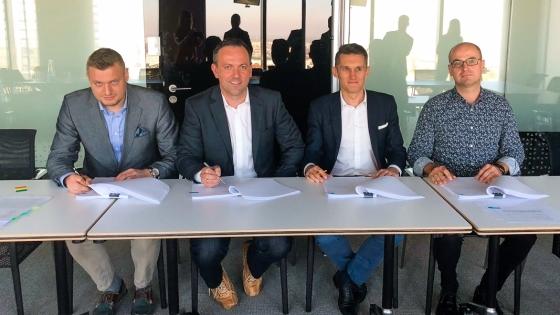 Od lewej: Sebastian Muliński, Paweł Fornalsjki (obaj IAI), Łukasz Wierdak i Krzysztof Konopiński (obaj MCI)  /fot.: mat. IAI S.A. /