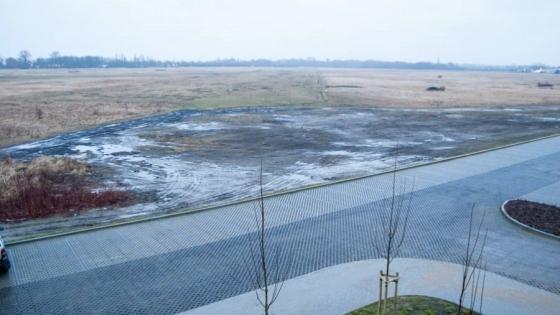Park Dąbie zajmie 7,8 ha gruntów Lotniska Dąbie od strony ul. Hangarowej - działka z prawej części zdjęcia /fot.: ak /
