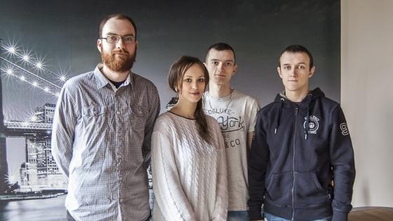 Michał Kowalski (pierwszy z lewej) wraz z pracownikami Pizzerii Brooklyn /fot.: ak /