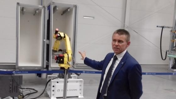 Michał Kaźmierczak, prezes Europa Systems pokazuje zrobotyzowane ramię myjni do kontenerów /fot.: ata /