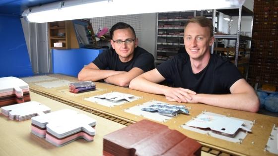 Jakub Kopacki i Damian Raupuk pokazują etui marki Mobiwear /fot.: mab /