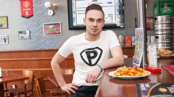 Patryk Wachnik, właściciel firmy Przerwa od niedawna serwuje śniadania również stacjonarnie - w pubie Masters Club przy Placu Grunwaldzkim /fot.: ak /