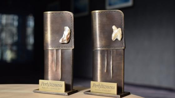 Metalowe statuetki Perły Biznesu maja kształt mankietów z perłowymi spinkami. /fot.: mab /