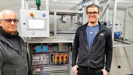 Inżynierowie Sławomir Jaszczak z Wydziału Informatyki ZUT (pierwszy od lewej) oraz Kamil El Fray z firmy Endeavour Lab na tle maszyny do produkcji przyłbic.