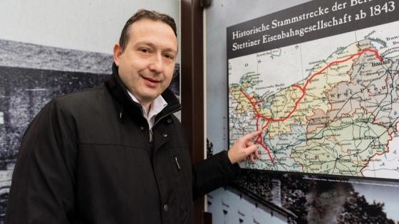 30-kilometrowy odcinek trasy Berlin-Szczecin między Passow a niemiecko-polską granicą ma pozostać jednotorowy. - Ta luka hamować będzie efektywny ruch kolejowy pomiędzy Berlinem a Szczecinem i jest symbolem porażki współpracy polsko-niemieckiej - alarmuje Silvio Moritz, prezes Investor Center Uckermark.