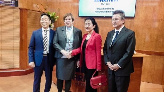 Przedatwiciele konsorcjum Tian Yu i Recca Investment podpisali umowę z Maritim podczas targów ITB w Berlinie. na zdjęciu, od lewej: Wu Tianyu (Tian Yu), Monika Gommolla (Maritim), Li Weichun (Tian Yu), Peter Wennel, prezes zarządu Maritim Hotels International. /fot.: mat. firmy Tian Yu /