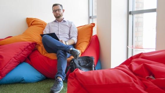 Tomasz Szmidt, właściciel Think English w salce w Business Link Szczecin, gdzie prowadzi zajęcia /fot.: ak /