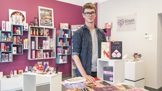 Wojciech Kisek w sklepie LoveStore Kisek ma również ok. 40 tytułów książkowych dotyczących seksualności i seksu /fot.: ak /