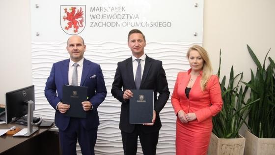 Marszałek Olgierd Geblewicz podpisał umowę z prezesem ZARR Robertem Michalskim i wiceprezes Renatą Zarembą. /fot.: Mat. UM /