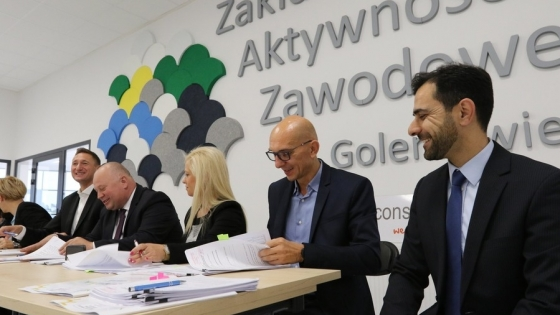 Burmistrz R. Krupowicz zadowolony, bo właśnie podpisał z marszałkiem O. Geblewiczem umowę o kolejnym dofinansowaniu do budowy Zakładu Aktywności Zawodowej