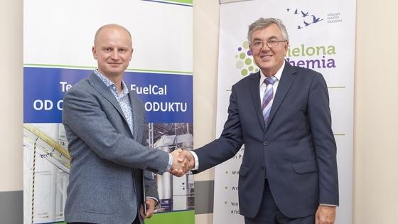 Prof. Ryszard Kaleńczuk (z prawej) składa gratulacje Januszowi Zakrzewskiemu, prezesowi Evergreen Solutions przy okazji przyznania Opinii o Innowacyjności dla technologii FuelCal i nawozu OrCal /fot.: ak /