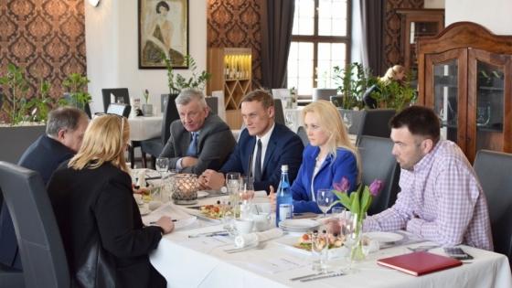 Dyskusja redakcyjna Świata Biznesu. Od lewej: Stanisław Kapral (Pehamot), Konrad Kijak (Grupa Polmotor), Hanna Mojsiuk (Grupa Mojsiuk), Piotr Kaźmierczak (Grupa Gezet) /fot.: mab /