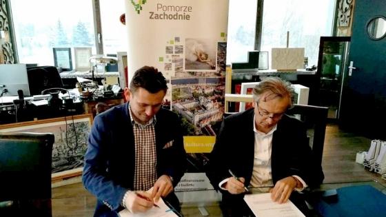 Umowę podpisali   wicemarszałek Tomasz Sobieraj (z lewej) i prezes firmy PUF Jarosław Loos.  /fot.: Mt. UM /