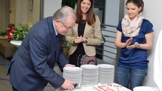 Włodzimierz Kiernożycki, rektor ZUT i Joanna Niemcewicz, dyrektor RCIiTT (w środku) podczas krojenia jubileuszowego tortu. /fot.: mab /