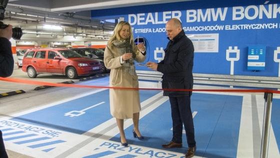 Angelika Sawicka, dyrektor zarządzająca BMW Bońkowscy i Norbert Fijałkowski, dyrektor Galerii Kaskada podczas otwarcia stacji  /fot.: Mat. prasowe /