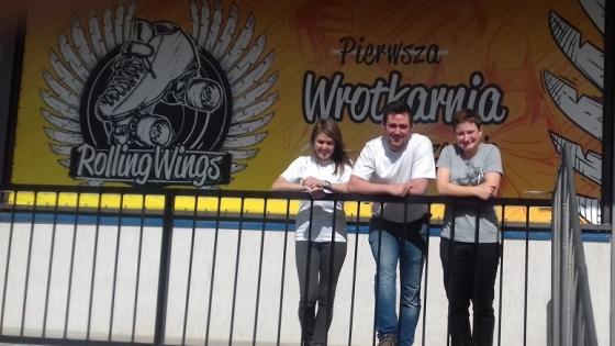 """Paula Sinica, Mateusz Janas i Patrycja Tomasiak przed swoją Wrotkarnią """"Rolling Wings"""". /fot.: ata /"""